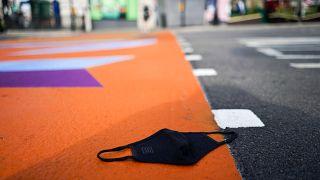 Aszfalton heverő maszk a londoni Piccadilly Circuson 2021. július 19-én