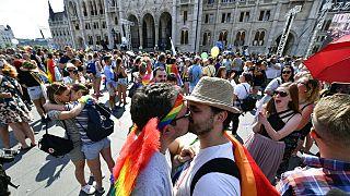 Párok csókot váltanak a 24. Budapest Pride előtt 2019 július hatodikán