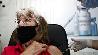 YUnanistan'ın Nakşa Adası'nda Covid-19 aşısı olan Gallerli bir turist.