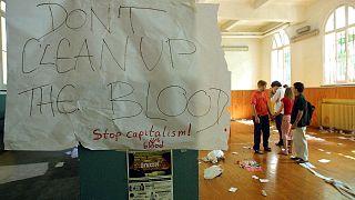 """Genova, 22 luglio 2001: """"non pulite questo sangue"""" recita la scritta lasciata nella scuola Diaz dopo l'irruzione della notte precedente"""
