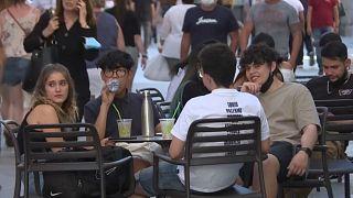 Grupo de jóvenes en una terraza en Madrid, España.