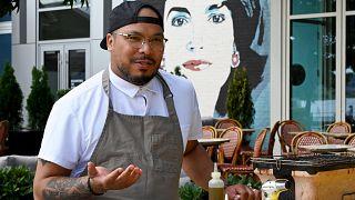 الشيف جيروم جرانت يتحدث عن المطبخ الأمريكي الأفريقي وأصوله ومكوناته وتأثيره على المطبخ الأمريكي، في 25 يونيو 2021 في واشنطن