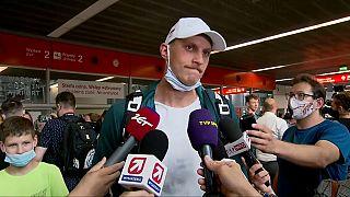 Le nageur Jan Holub répond aux questions des journalistes à l'aéroport de Varsovie-Chopin, en Pologne