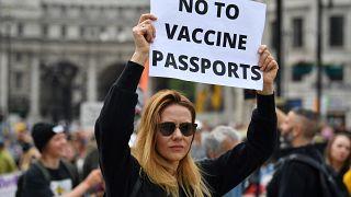 تجمع مخالفان واکسن کووید-۱۹ در مقابل پارلمان بریتانیا