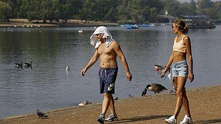 Protegiéndose del calor en Hyde Park, Londres, durante la ola de calor de 2020