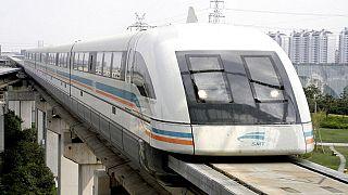 Çin'in en büyük kenti Şangay'da havaalanı şehir merkezi arası kullanılan maglev treni.