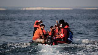 Manş Denizi'nden İngiltere'ye bir günde rekor sayıda mülteci ulaştı