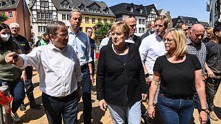 Bundeskanzlerin Angela Merkel (Mitte), Sabine Preiser-Marian (Bürgermeisterin von Bad Münstereifel) und NRW-Ministerpräsident Armin Laschet
