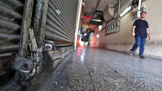 Premier confinement en Iran : un homme marche dans un centre commercial déserté de Téhéran, le 20 juillet 2021
