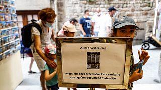 Köszönjük, hogy előkészíti a pass sanitaire-t, azaz covid-igazolványt és egy személyit, figyelmeztet kedvesen a tábla egy szuvenírboltban a franciaországi Mont-Saint-Michelben