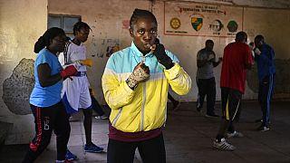 """Plusieurs femmes s'entraînent à la boxe dans le centre """"Boxgirl Kenya"""", du quartier de Kariobangi, au nord de Nairobi"""