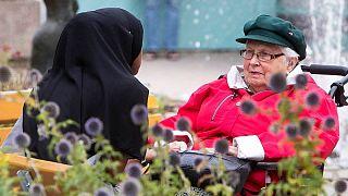 همکلامی یک دختر مهاجر آفریقایی و پیرزن سوئدی در شهر کوچکی در حاشیه استکهلم
