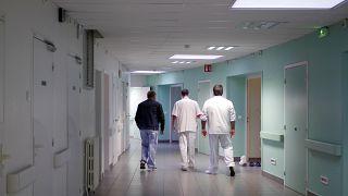 الطاقم الطبي في قسم الطوارئ في مستشفى روفراي للأمراض النفسية يرافق مريض إلى غرفته في غرب فرنسا.