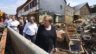 المستشارة الألمانية أنجيلا ميركل  خلال جولة تفقد في مدينة باد مونستريفيل  بعد الفيضانات في ألمانيا.