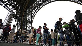 Am Eiffelturm in Paris, der wieder geöffnet ist