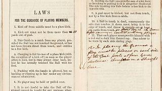 صورة من كتاب قوانين كرة القدم لنادي شيفيلد الإنكليزي عام 1859 في مزاد ساثبيس في لندن، بريطانيا.