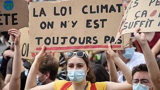 """Une manifestante lors d'une """"marche pour le climat"""" à Nantes, le 9 mai 2021."""