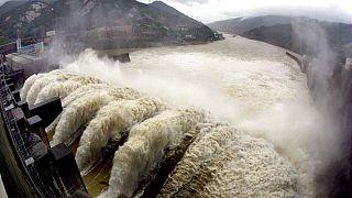 """Una falla di una ventina di metri si è aperta in una diga nella provincia centrale dello Henan. Le autorità: """"Potrebbe crollare da un momento all'altro"""""""