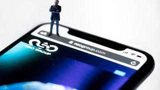 Questa illustrazione mostra uno smartphone con il sito web del gruppo israeliano NSO che presenta lo spyware 'Pegasus'