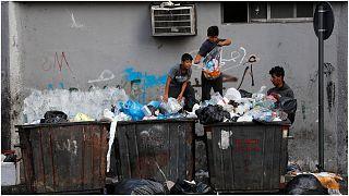 أطفال يبحثون في حاويات القمامة عن أشياء قابلة للاستخدام، بيروت، لبنان