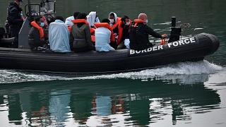 Archive - La police des frontières britanniques ramènent à terre à Douvres des migrants qui traversaient la Manche, le 15 août 2020