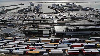 الشاحنات تنتظر عند تسجيل الوصول في ميناء دوفر ، بريطانيا ، قبل دخول الاتحاد الأوروبي. 2020/12/11