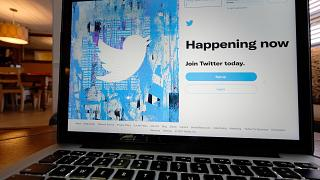 شاهة كومبيوتر يظهر عليها لوغو من صفحة تويتر في فلوريدا. 2021/04/27