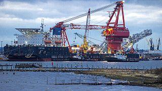 """Schlepper bei dem russischen Rohrverlegungsschiff """"Fortuna"""" im Hafen von Wismar, 14.01.2021"""
