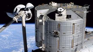 مركبة الفضاء سبيس أكس دراغون إلى اليسار، تقترب من محطة الفضاء الدولية ، السبت 24 أبريل 2021.