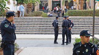عناصر من الأمن المغربي خارج محكمة في العاصمة الرباط.