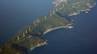 توربينات الرياح في مزارع محلية، غرب اليابان.
