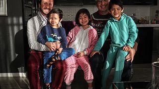 Cristian y Rodrigo posan junto a sus tres hijos