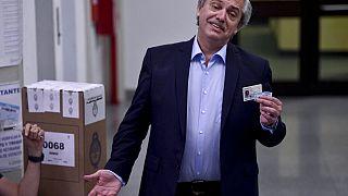 Alberto Fernández muestra su DNI durante las elecciones de 2019.