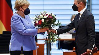 Der deutsche Finanzminister Olaf Scholz überreicht Angela Merkel anlässlich ihres Geburtstags einen Blumenstrauß, 17.07.2021