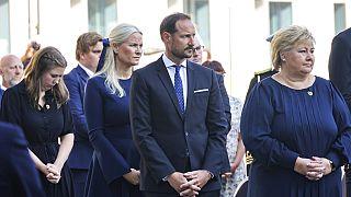 Das Königspaar und Regierungschefin Erna Solberg bei einer Gedenkfeier in Oslo