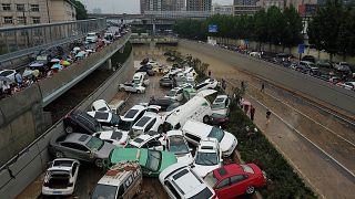 تصاویری از شهر ژنگژو چین؛ سیلاب خودروها را به هم پیچاند
