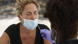 Una mujer se hace una prueba de COVID-19, el jueves 15 de julio de 2021, en Florida. Las cifras de hospitalización por COVID-19 allí vuelven a aumentar.