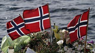 Norwegische Fahnen und Blumen werden 2011 in Sundvollen niedergelegt, nahe der Insel Utoya, 2011