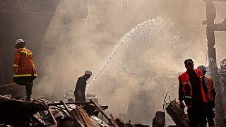 رجال إنقاذ وإطفاء فلسطينيين في وسط مدينة غزة بعد الانفجار.