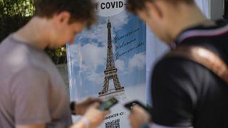 Visitantes se inscriben en las pruebas de COVID-19 en la Torre Eiffel de París, el miércoles 21 de julio de 2021.