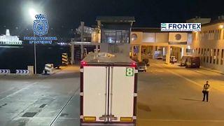 En la revisión rutinaria de este camión la policía encontro a cinco menores camuflados