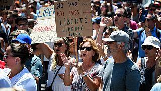 """""""Ne aşı ne kart. Özgürlük!"""" pankartı taşıyan bir Fransız protestocu"""