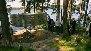Ofrenda floral en la isla de Utoya en recuerdo de los fallecidos