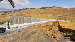 Van'ın İran sınır hattında inşasına başlanan 63 kilometrelik beton duvarın 3 kilometrelik bölümü tamamlandı.