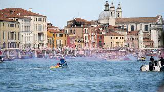 """نشطاء """"لا للسفن الكبيرة"""" ينظمون احتجاجًا في البندقية ـ إيطاليا. 2021/06/05"""