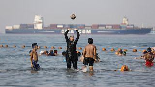 مصطافون يلعبون في البحر الأحمر على شاطئ السخنة في السويس ـ مصر. 2018/07/19