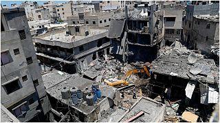آثار قصف مبنى في غارة جوية إسرائيلية على قطاع غزة