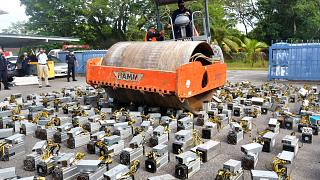 Malezya'da polis, bitcoin madenciliğinde kullanılan makineleri silindirle ezdi