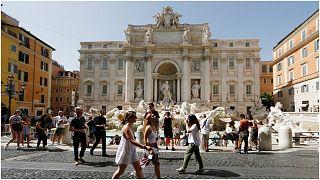 إيطاليون وأجانب يسيرون في ساحة نافورة تريفي وسط العاصمة روما
