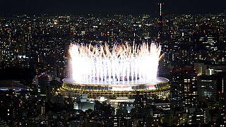 Des feux d'artifice illuminent le stade national lors de la cérémonie d'ouverture des Jeux olympiques de Tokyo 2020, le vendredi 23 juillet 2021 à Tokyo, au Japon.